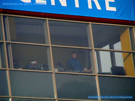 Андрей Арих наблидает за соревнования из режиссерской кабины